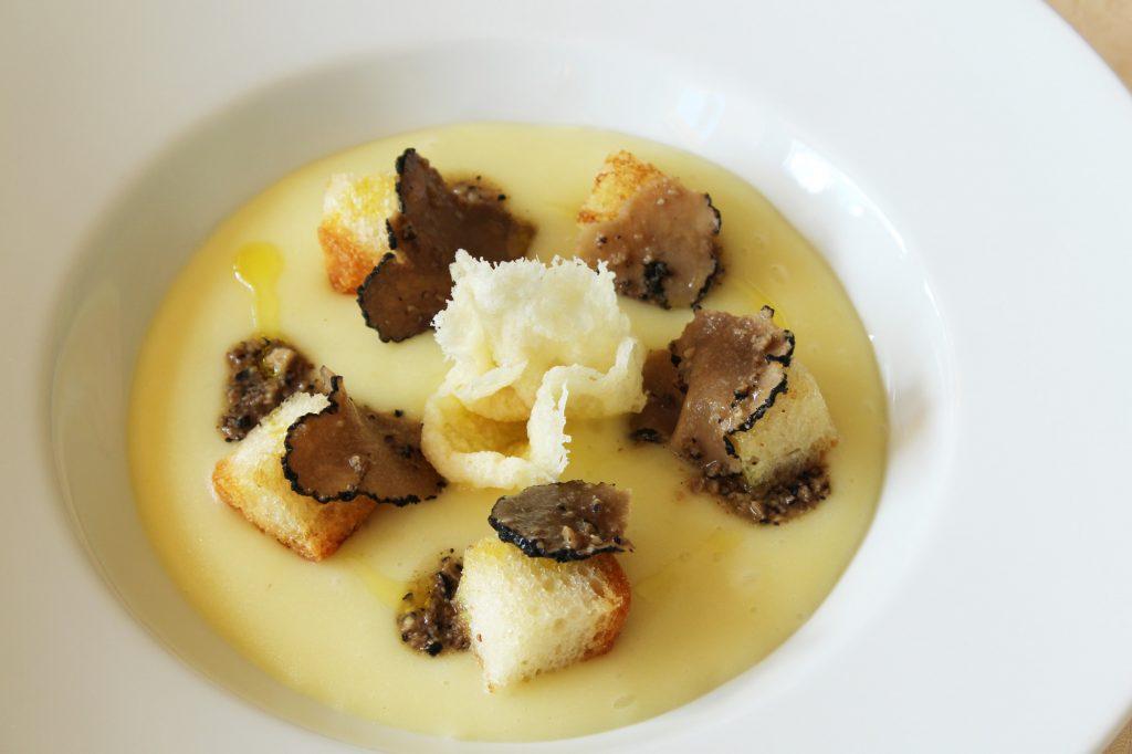 Crema patate e tartufo nero ristorante Le Grotte Genga